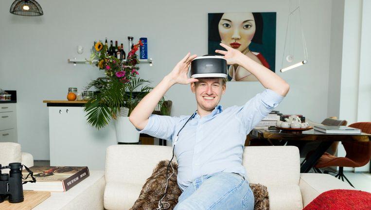 Jip Samhoud in zijn appartement in Amsterdam Noord. Beeld Ivo van der Bent
