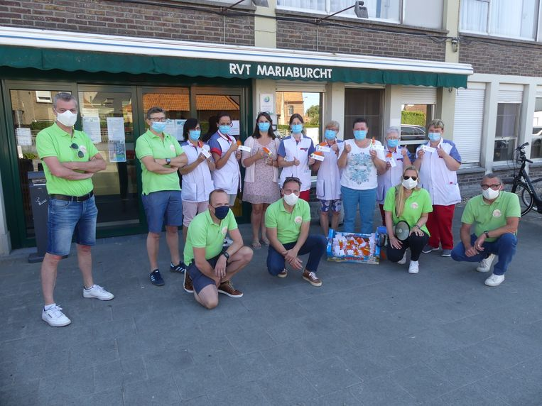 De leden van het feestcomité van Wakken Swingt en enkele personeelsleden van Mariaburcht in Dentergem.