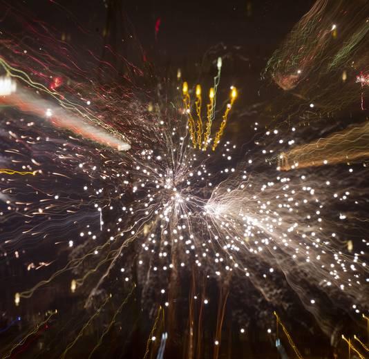 De Utrechtse binnenstad wordt tijdens de jaarwisseling omgeven door vuurwerk.