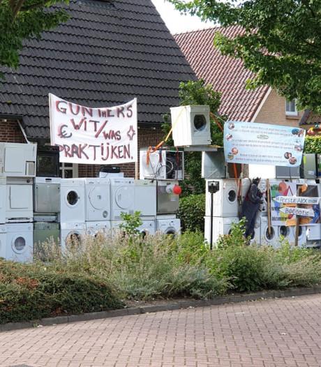 Abraham Alex uit Glane krijgt 50 wasmachines in zijn voortuin