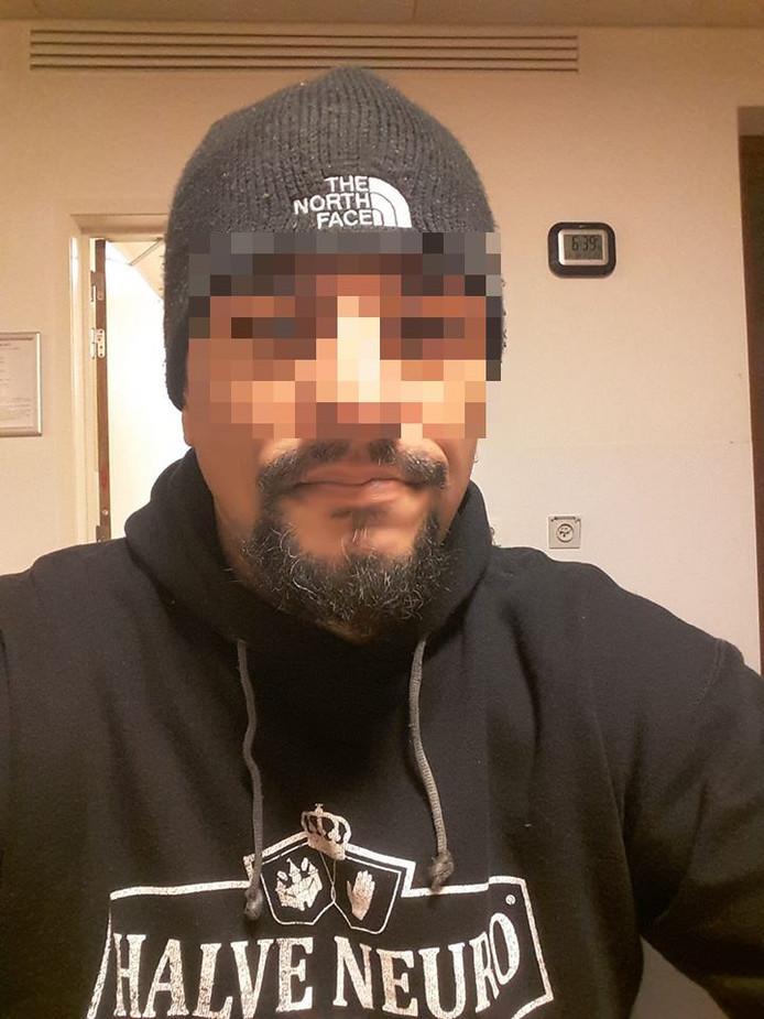 John M. beweert dat de politie hem in elkaar heeft geslagen.
