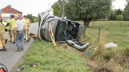 Auto enkele keren over de kop na aanrijding op gevaarlijk kruispunt Voshoek: twee inzittenden zwaargewond