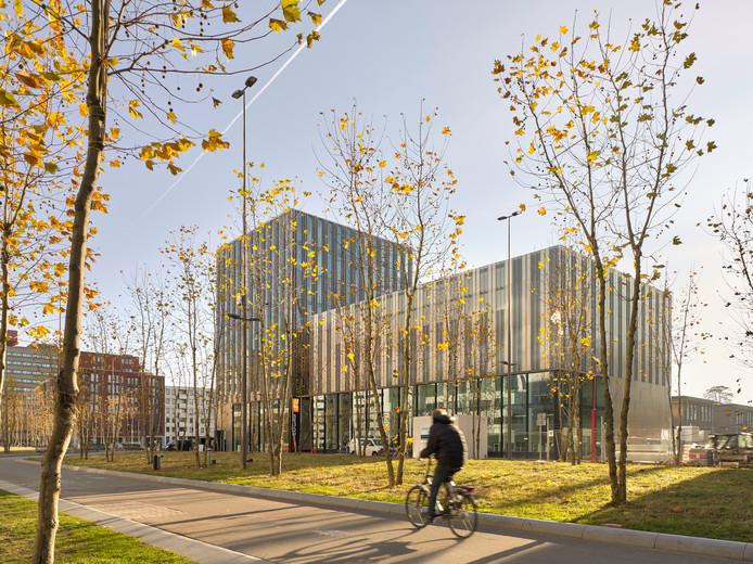 Herontwikkeling deel NatLab en nieuwbouw voor creatieve school SintLucas, Torenallee Strijp-S. Architecten: cepezed en Arup. Foto Joep Jacobs