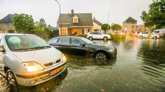 In Gemert stond op sommigen plaatsen het water zo hoog dat auto's niet meer verder konden rijden.