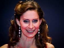 Pia Douwes kruipt in huid van Morticia Addams