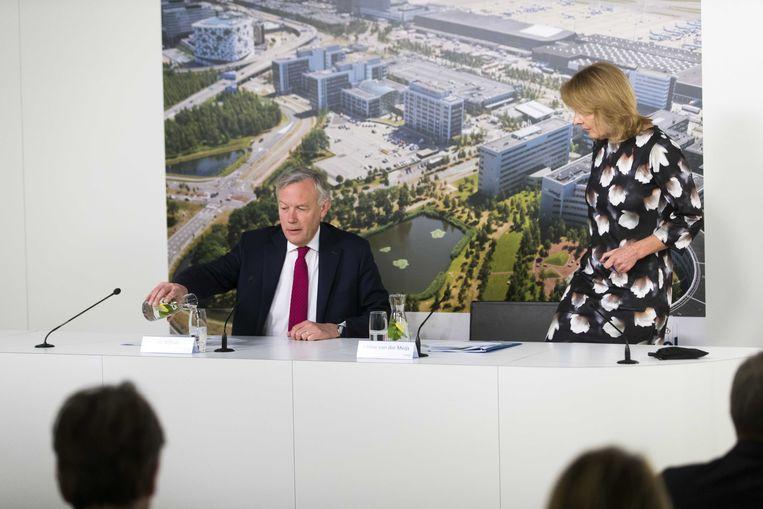 Jos Nijhuis, CEO en president-directeur, en Jabine van der Meijs, CFO van Schiphol tijdens de persconferentie over de jaarcijfers 2017 van Schiphol. Beeld ANP