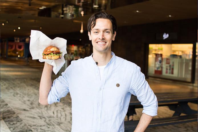 Holger Breukink met de vegaburger die binnenkort in Breda verkrijgbaar is.