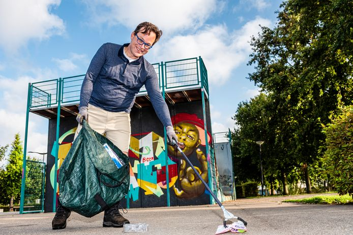 Robbert Bouman raapt zwerfvuil in het Europapark.
