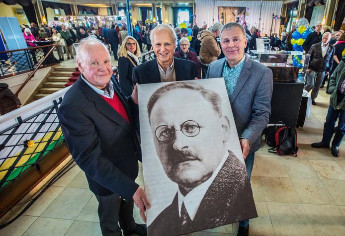 De trotse kleinzonen van Hanso Idzerda (v.l.n.r.) Henk, Hanso en Tobias met een grote foto van hun opa.