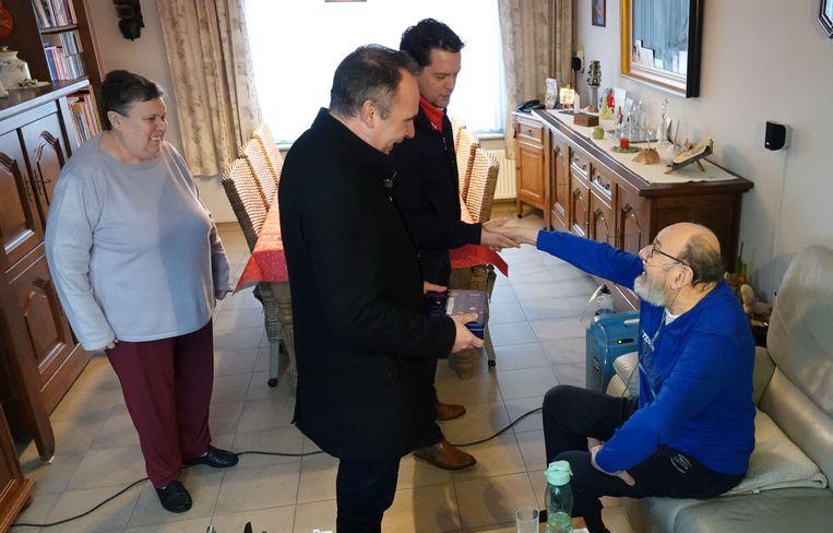 Kuurne Burgemeester Benoit bezocht vandaag Marc Landuyt, de eerste van 13 burgers die hij een plezier wil doen met een bezoekje.