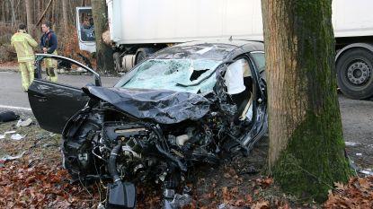 Bestuurder zwaargewond na frontale botsing met vrachtwagen