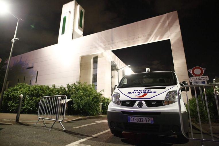 Een busje van de Franse politie bij een moskee in de Parijse voorstad Creteil waar gisteravond een bestuurder van een terreinwagen meermalen afzettingen ramde in een poging het terrein op te rijden en mogelijk moskeegangers aan te rijden. De vermoedelijke dader is gepakt. Beeld AFP