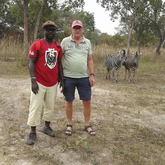Mike Bolle (rechts) met Pa Sainey Nyassi in een park in Gambia.