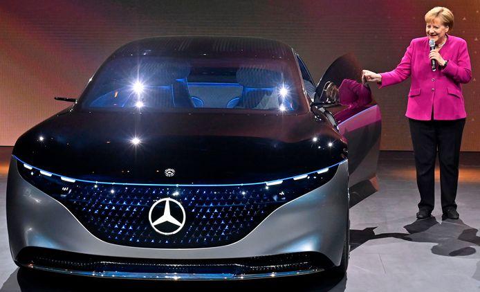 Angela Merkel bewondert bij de opening van de autoshow een conceptwagen van Mercedes: de volledig elektrische EQS. Hij vormt de basis voor een nieuw, elektrisch topmodel van Mercedes dat in 2021 te koop zal zijn.
