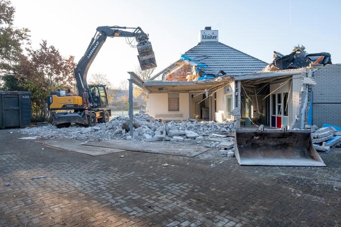 Het voormalige jongerencentrum Slash/inloophuis De Klinker wordt eindelijk gesloopt. Er komen tien woningen te staan.