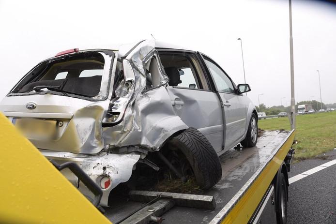 De gehavende auto na de botsing op de A58.