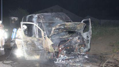 Franse bestelwagen volledig uitgebrand langs A19