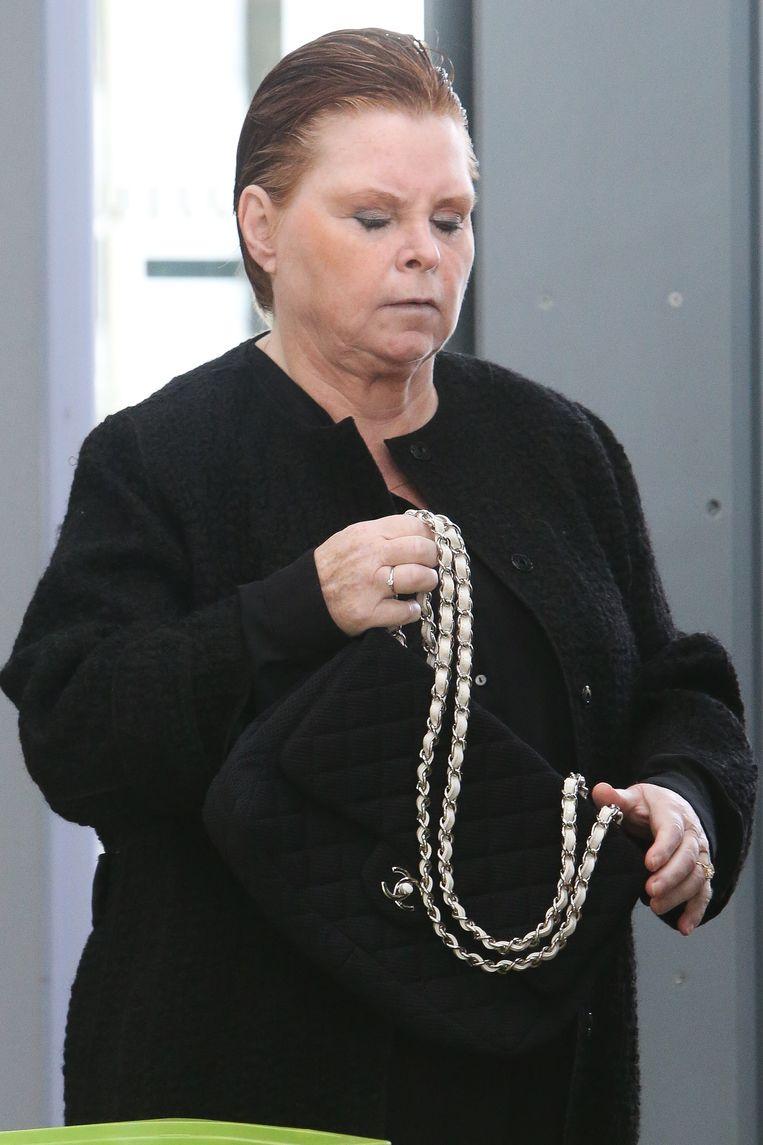 Mireille Gram (51) voor de start van de zitting. Even later liet ze zich gelaten in de boeien slaan.