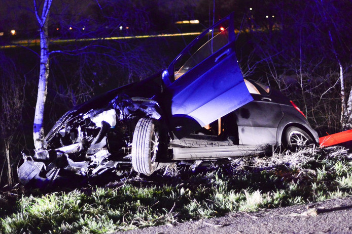Vrachtwagen botst achterop auto die te hulp schoot bij ongeluk.