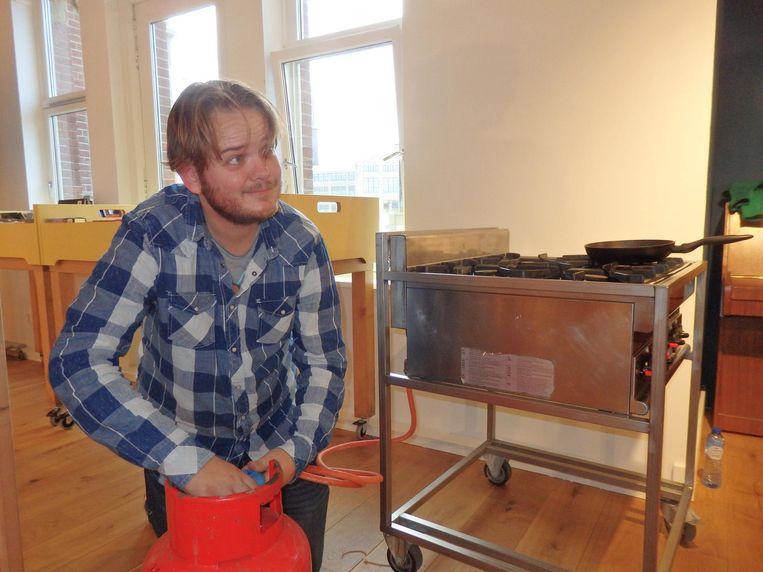David Rademaker (Dutch Label) sleutelt nog snel aan een gasfles, om bij de presentatie eitjes te kunnen bakken. Vanwege het ei van Columbus Beeld Schuim