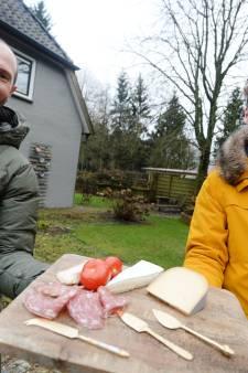 Populaire VRIJ-borrel komt met feest voor lokale Enschedese ondernemer: 'Die heeft het nu hartstikke zwaar'