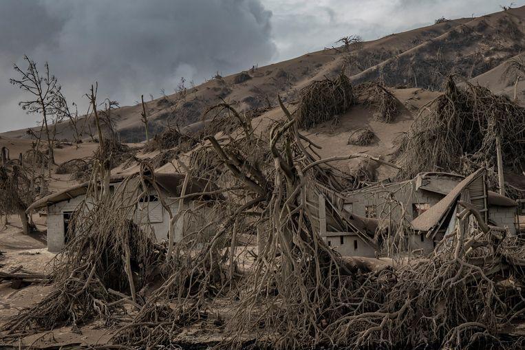 De omgeving rond de vulkaan Taal is volledig bedekt met een laag as.