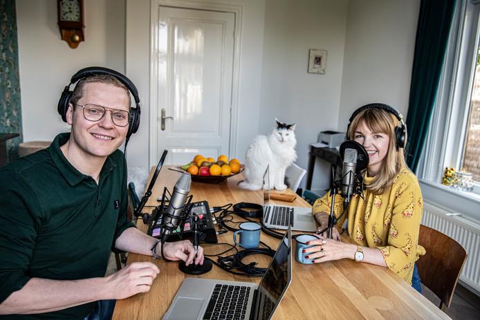 Luuk Ikink en Simone Wijnands aan de keukentafel waar de OchtendPod gemaakt wordt. Kat Alfred kijkt toe.