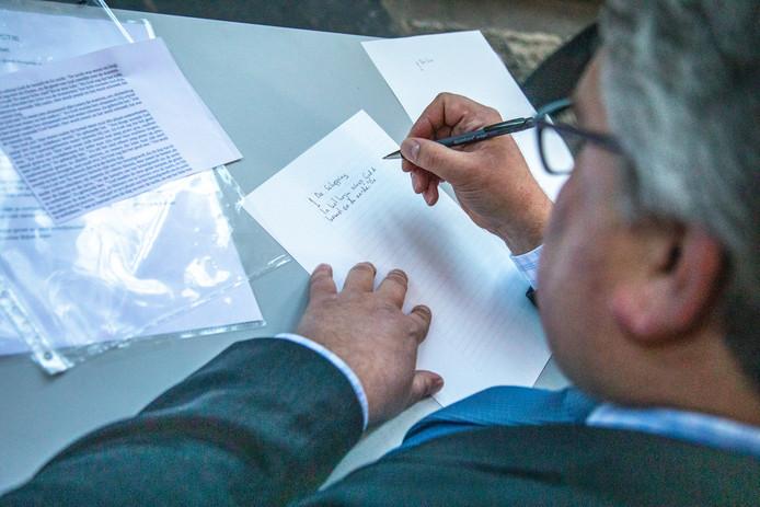 Eerder dit jaar nam ook wethouder Ed Anker plaats aan een schrijftafeltje om mee te werken aan die nieuwe Zwolse Bijbel.