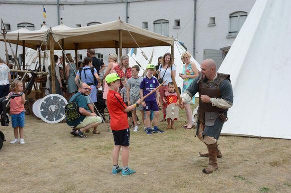 Gisteren sloegen de Ridders van Pendragon hun middeleeuws tentenkamp op in het Fort Liefkenshoek.