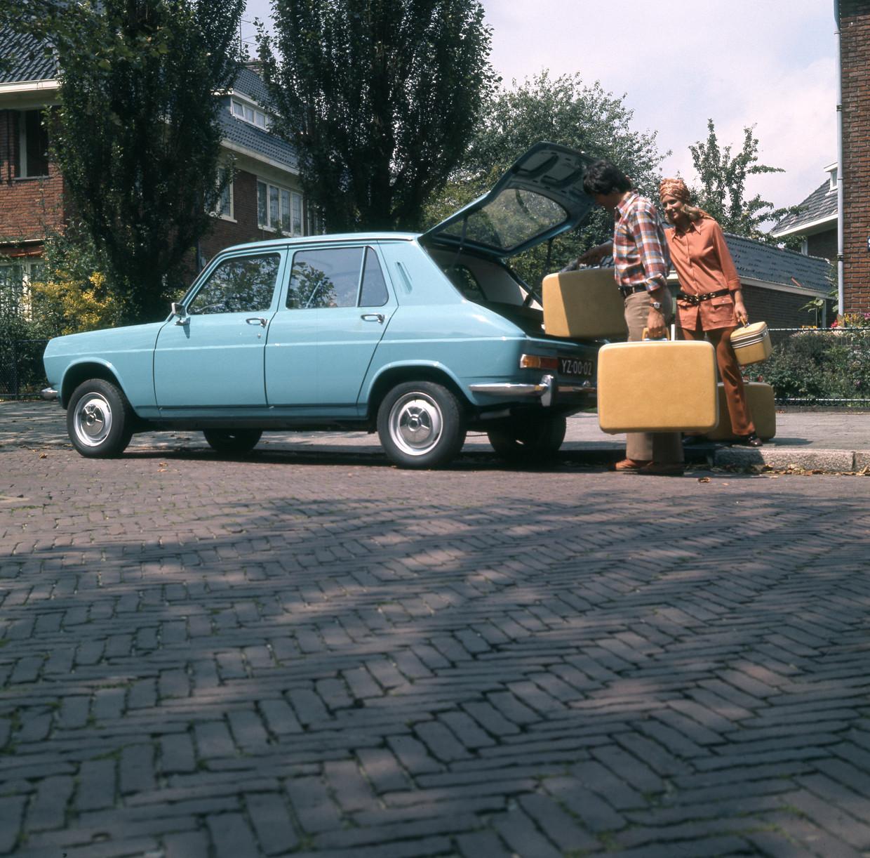 Man zet kofferset achter in Simca-auto, vrouw heeft zgn. beautycase (make-up-koffertje) in de hand, 1970-1976. Beeld Spaarnestad Photo