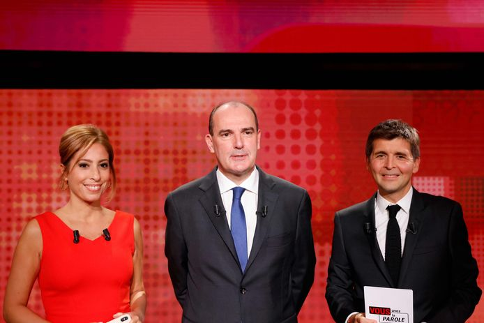 "French Prime Minister Jean Castex (C), and French journalist and TV hosts Lea Salame (L) and Thomas Sotto (R) pose prior to taking part in the political show ""Vous avez la parole"" on French TV channel France 2, on September 24, 2020, in the studios of French public broadcaster France Televisions in Saint-Cloud, near Paris. (Photo by THOMAS COEX / AFP)"