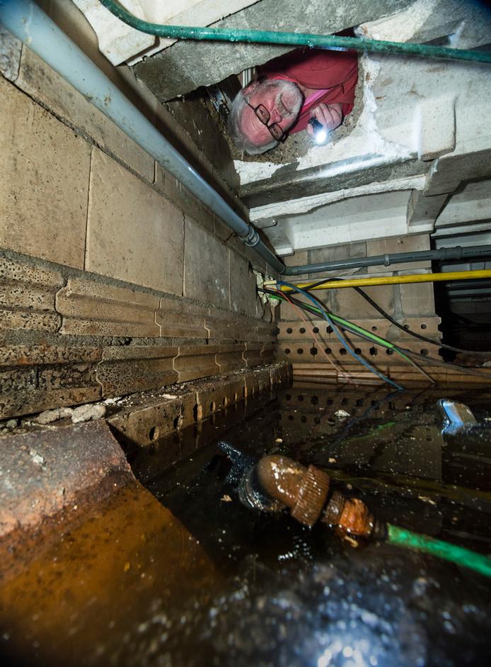 Gerrit Muller en zijn echtgenote hebben net als de rest van de bewoners in de Tolstraat al jaren last van de hoge grondwaterstand en het riool.