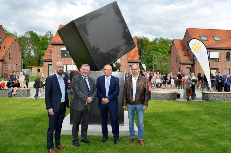 Directeur Guy Van Gucht, burgemeester Herman Vijt, voorzitter Etienne De Prijcker en kunstenaar Luc De Man bij het kunstwerk 'Cubes#90'.