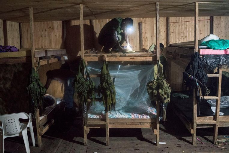 A FARC fighter is preparing the sleeping accommodation. Beeld Stephen Ferry