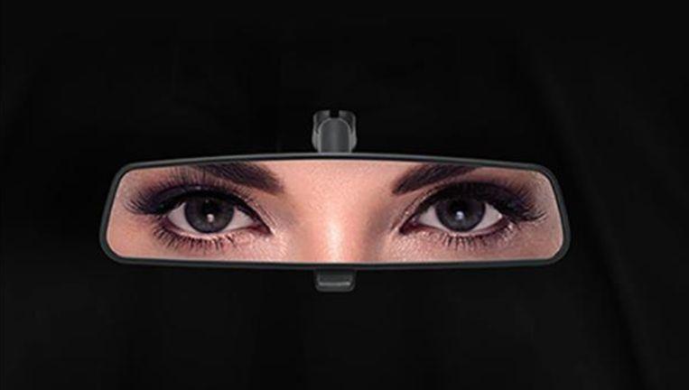 De reclame van Ford springt in het oog: in een achteruitkijkspiegel zijn de ogen van een vrouw te zien, maar de achtergrond is zwart. Daardoor lijkt het alsof je naar een dame in een niqab kijkt.