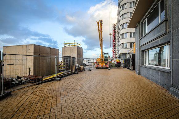 De liftuitgang en de koker met afvoerbuizen voor uitlaatgassen op de zeedijk, nabij de Louisastraat.