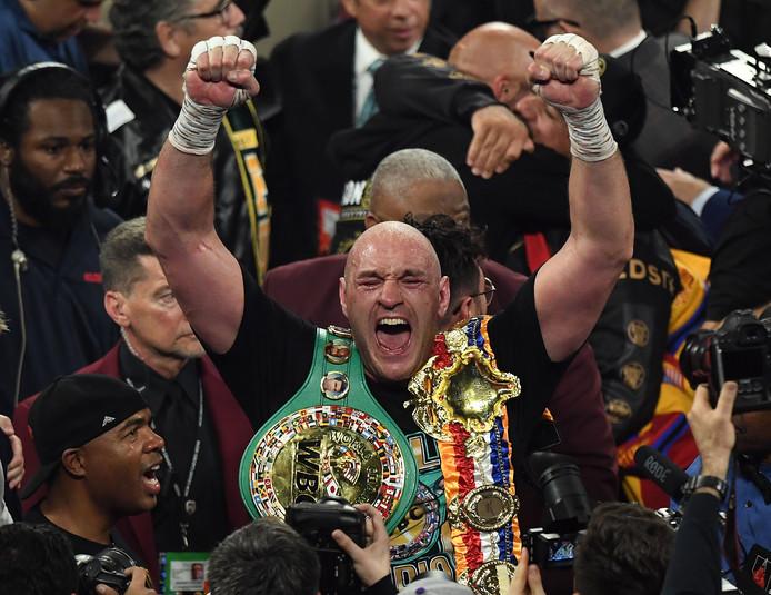 Tyson Fury viert zijn gewonnen titel.