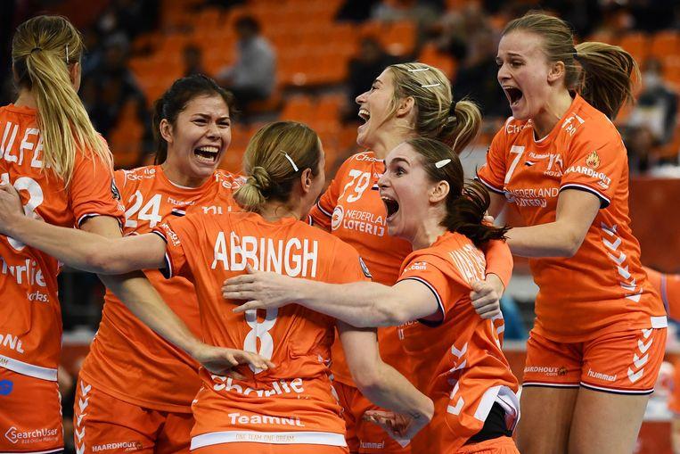 De Nederlandse handbalvrouwen vieren hun overwinning in de halve finale van het WK in Japan. Beeld AFP