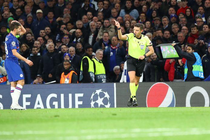 Ajax komt met de schrik vrij, nadat de goal van Cesar Azpilicueta (5-4) wordt afgekeurd wegens hands.