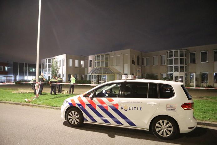 Meer dan tien politie auto's zijn aanwezig op de Reactorweg in Lage Weide