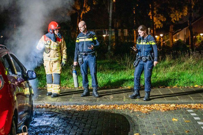 Een brandweerman in gesprek met de politie.