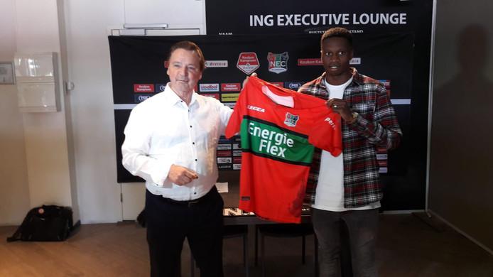 Jonathan Okita (rechts) met sponsor Frans Hendriks.