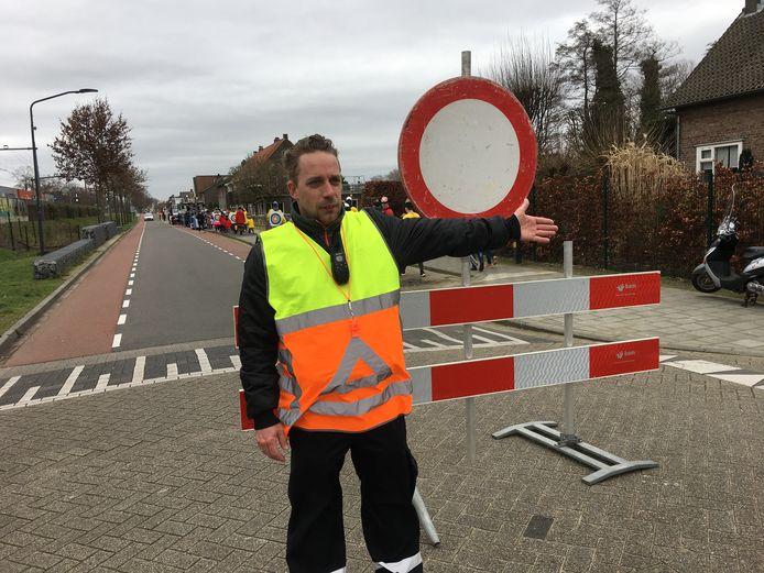 Verkeersregelaar Wim Hendriks wijst de weg