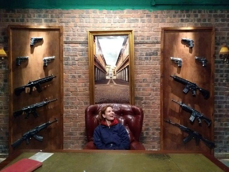 Lauren voor een van haar decors. Die ontwierp ze voor de videoclip 'Pistol' van de Britse rapper Giggs.