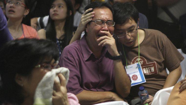 In een crisiscentrum op de luchthaven van Surabaya volgen familieleden van de slachtoffers het nieuws over de zoektocht.