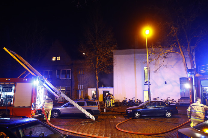 De brandweer haalde een konijn en een kat uit appartementen aan de Brink in Zwolle.