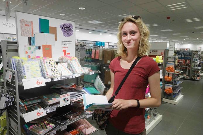 Maud van den Berg (15) zoekt een agenda uit in de HEMA in Nijmegen.