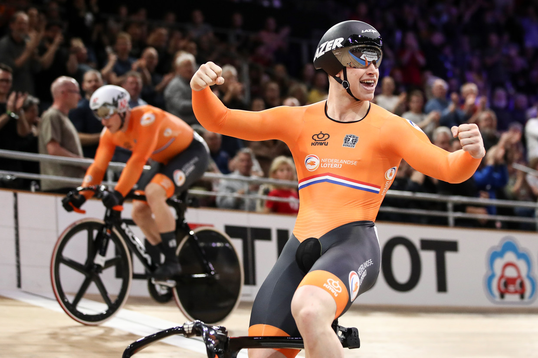 Harrie Lavreysen wint zondagmiddag zijn derde gouden plak door zijn vriend Jeffrey Hoogland te verslaan op de sprint.