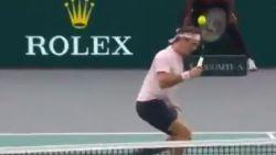 VIDEO. Ondanks dit straf punt moet Federer finaleplaats in Parijs aan Djokovic laten