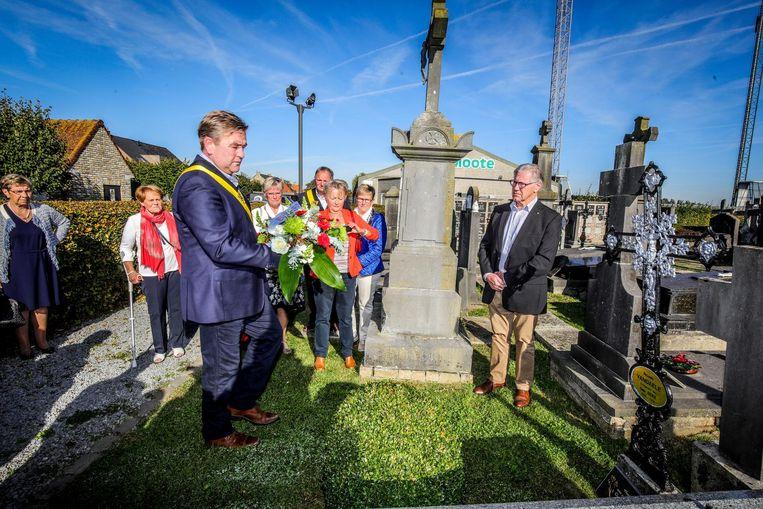 Het schepencollege legt een bloemenkrans aan het graf van Richard Vandaele.
